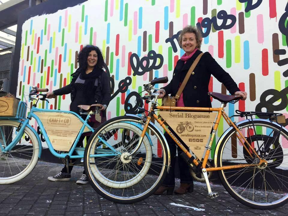 Les tribulations aux Chartrons à Bordeaux de deux bikeuses aux vélos customisés par Craft & Co