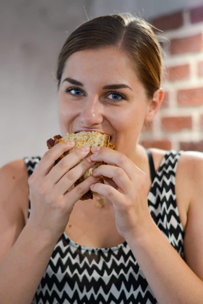 Le premier sandwich au pastrami de Laura Van Puymbroeck shootee par une serial blogueuse