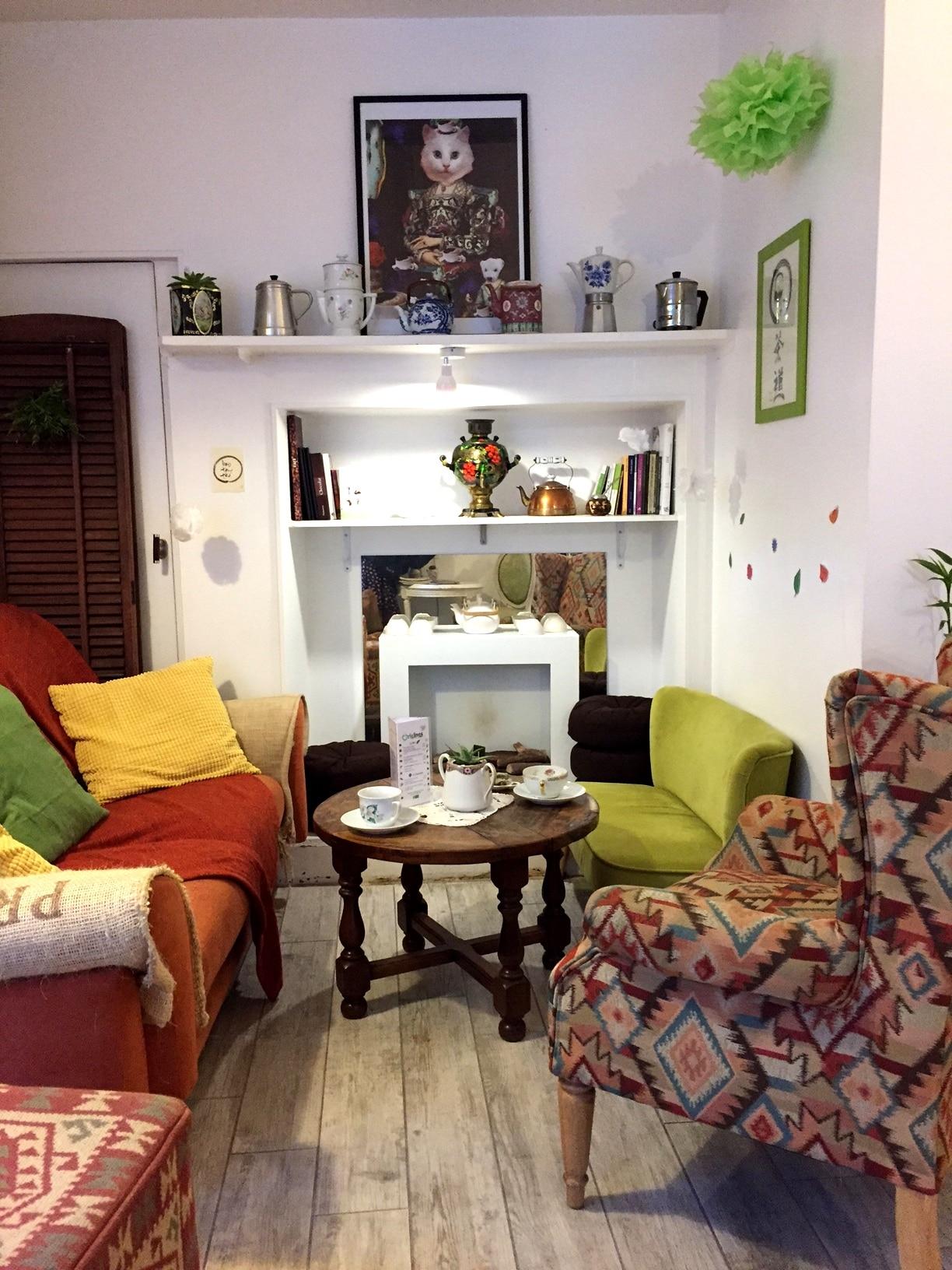 Le canapé orange du salon Origines Tea & Coffee Chartrons