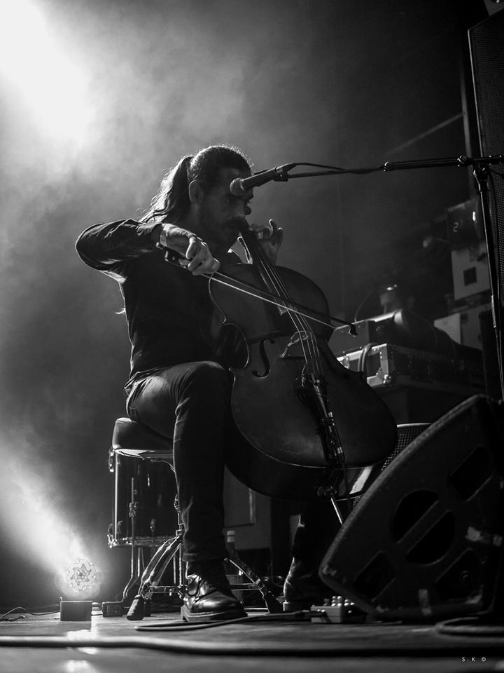 Le musicien au violoncelle de Smogs & Tacos