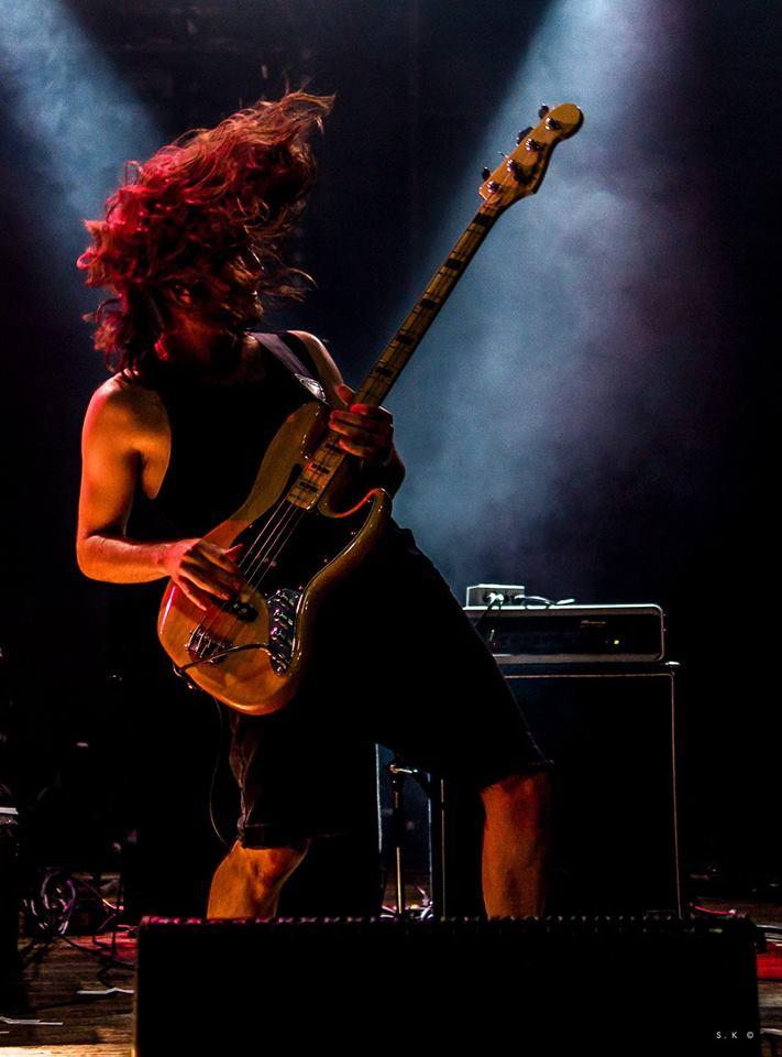 Le bassiste du groupe Smogs & Tacos